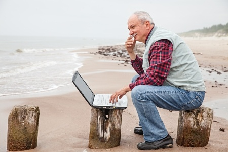Senior_Laptop_Beach